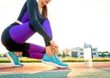 Mädchensportler crossfit und Hocken agains, die Spitzee und St. binden stockbild