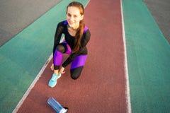 Mädchensportler crossfit und Hocken agains, die Spitzee und St. binden lizenzfreie stockfotografie