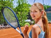 Mädchensportler mit Schläger und Ball auf Tennis Lizenzfreie Stockfotos