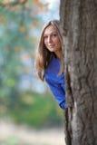 Mädchenstandplätze eines großen Eichenbaums stockbilder