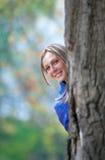 Mädchenstandplätze eines großen Eichenbaums lizenzfreie stockfotografie