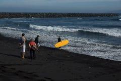 Mädchensurfer geht zum Ozean lizenzfreie stockfotografie