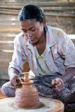 Mädchentöpfer, Myanmar Lizenzfreie Stockfotos