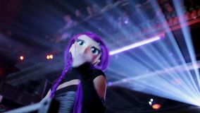 Mädchentanz gehen gehen in großen Puppenkopf mit dem purpurroten Haar in gedrängtem Nachtklub stock video footage
