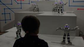Mädchentanz mit lustigen weißen Robotern stock footage