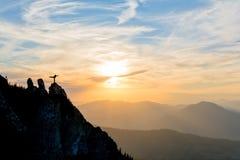 Mädchentanzen auf den Berg Stockbild