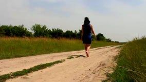 Mädchentanzen auf der Straße entlang dem Feld stock footage