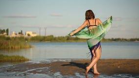 Mädchentanzen auf Flussbank stock footage
