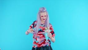 Mädchentanzen mit freakshake auf blauem Hintergrund stock video