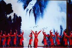 Mädchenteam, das Chinese Kongfu-Tanz durchführt stockfotos