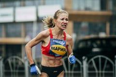Mädchenteilnehmer des Marathonlaufens mit großer Ermüdung Stockbilder