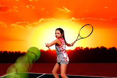Mädchentennisspieler auf dem Tennisplatz Stockfotos