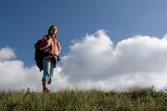 Mädchentourist, der die Berge erforscht. Lizenzfreie Stockfotos