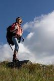 Mädchentourist, der die Berge erforscht. Lizenzfreie Stockbilder
