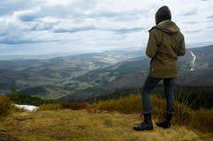 Mädchentourist an der Oberseite des Gipfels Lizenzfreie Stockfotografie