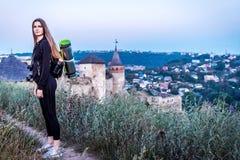 Mädchentourist, der zurück entlang der Spur schaut lizenzfreie stockfotografie