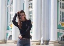 Mädchentourist geht durch die Stadt von St. Stockfotos