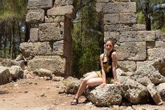 Mädchentourist im Sommer gegen den Hintergrund von alten Ruinen lizenzfreie stockfotos