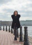 Mädchentourist wird auf der Ufergegend Peter und Paul-Festung fotografiert Lizenzfreie Stockbilder
