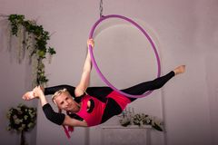 Mädchentraining auf Luftring Stockfoto