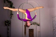 Mädchentraining auf Luftring Stockbilder