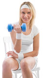 Mädchentraining mit blauem Dumbbell stockfotografie