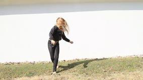 Mädchentrainingswagenrad stock video footage