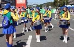 Mädchentrommel orchester Spiele in der Gebläse-Zone EURO-2012 Lizenzfreie Stockfotos