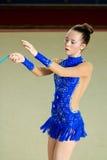 Mädchenturner führt mit einem Seil am Wettbewerb durch Lizenzfreies Stockfoto