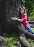 Mädchenumarmungsbaum Lizenzfreies Stockfoto