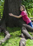 Mädchenumarmungsbaum Stockbild
