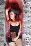 Mädchenvampir, Kurzschlussschwarzkleid und lange Beine des Haares im roten Blut mit Vertrag Lizenzfreie Stockfotografie