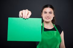 Mädchenverkäufer, der leere Green Card zeigt Stockbild