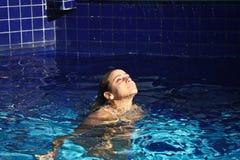 Mädchenverlassen ein Pool Stockfotos