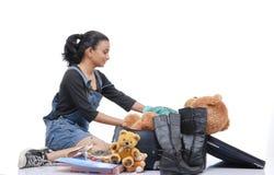 Mädchenverpackung ihr Reisenbeutel Stockfoto