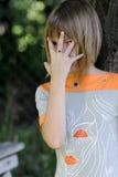 Mädchenverstecken lizenzfreies stockfoto