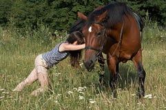 Mädchenversuch, zum eines Sauerampfers zu verschieben Stockfotografie