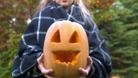 Mädchenvertretungskürbis Jack zur Kamera, Kind, das Halloween, Unterhaltung feiert lizenzfreie stockfotografie