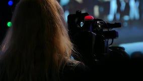 Mädchenvideobetreiber Videography des Bühnenauftritts Übertragen Sie das Video zur Großleinwand Leben Sie im Fernsehen stock footage