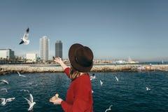 Mädchenvogelseefreiheitsglück Barcelona Spanien stockbilder
