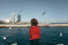 Mädchenvogelseefreiheitsglück Barcelona Spanien lizenzfreie stockfotos