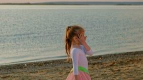 Mädchenvorschulmädchen mit gymnastischem Band Sommer, Sonnenuntergang stock video footage