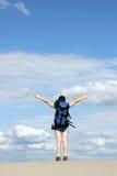Mädchenwanderer mit den Daumen oben in der Wüste Stockfoto