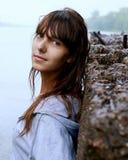 Mädchenweg im Park Lizenzfreie Stockfotos