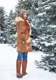 Mädchenweg im Winterpark am Tag E Rothaarigefrau in voller Länge Lizenzfreies Stockfoto