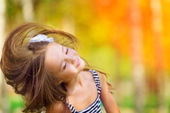 Mädchenwind mit dem Fliegenhaar Stockbild
