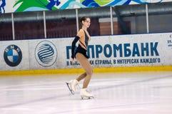 Mädchenzahl Schlittschuhläufer sondert herein den Eislauf aus Lizenzfreie Stockfotos