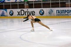 Mädchenzahl Schlittschuhläufer sondert herein den Eislauf aus Lizenzfreie Stockbilder