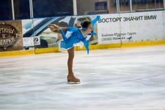 Mädchenzahl Schlittschuhläufer sondert herein den Eislauf aus Stockbilder