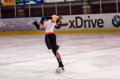 Mädchenzahl Schlittschuhläufer sondert herein den Eislauf aus Stockfotografie